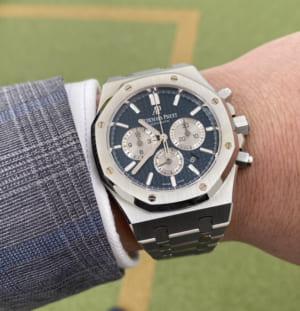 銀色の腕時計を装着