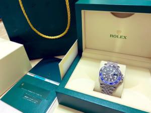 ケースに入った青い腕時計