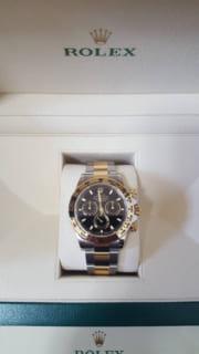 ケースに入った金色の腕時計